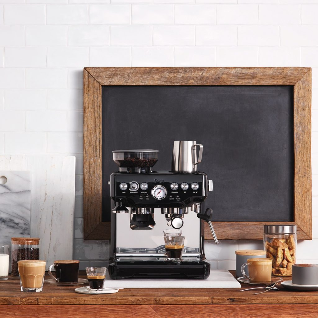 huiskamer met sage koffiemachine