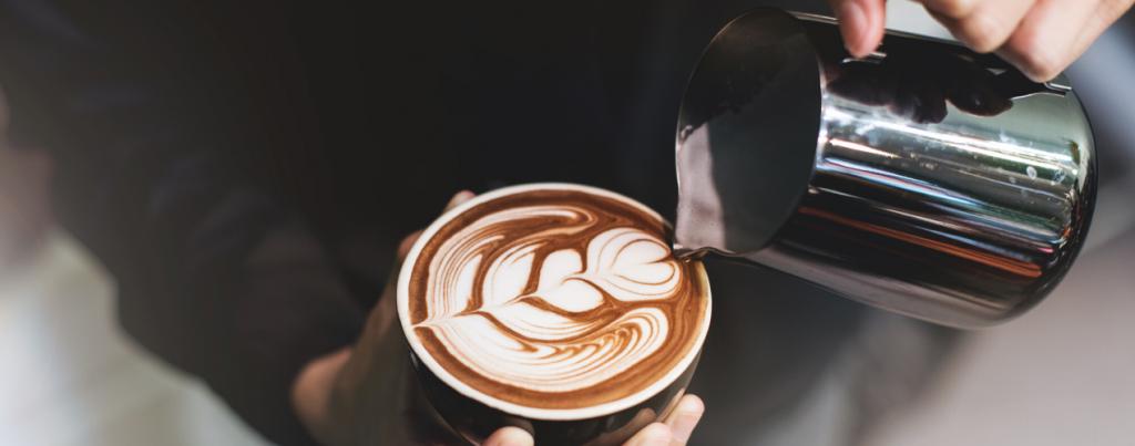 barista latte art maken