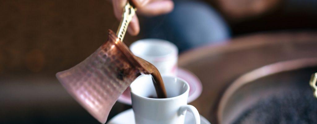 Turkse koffie inschenken