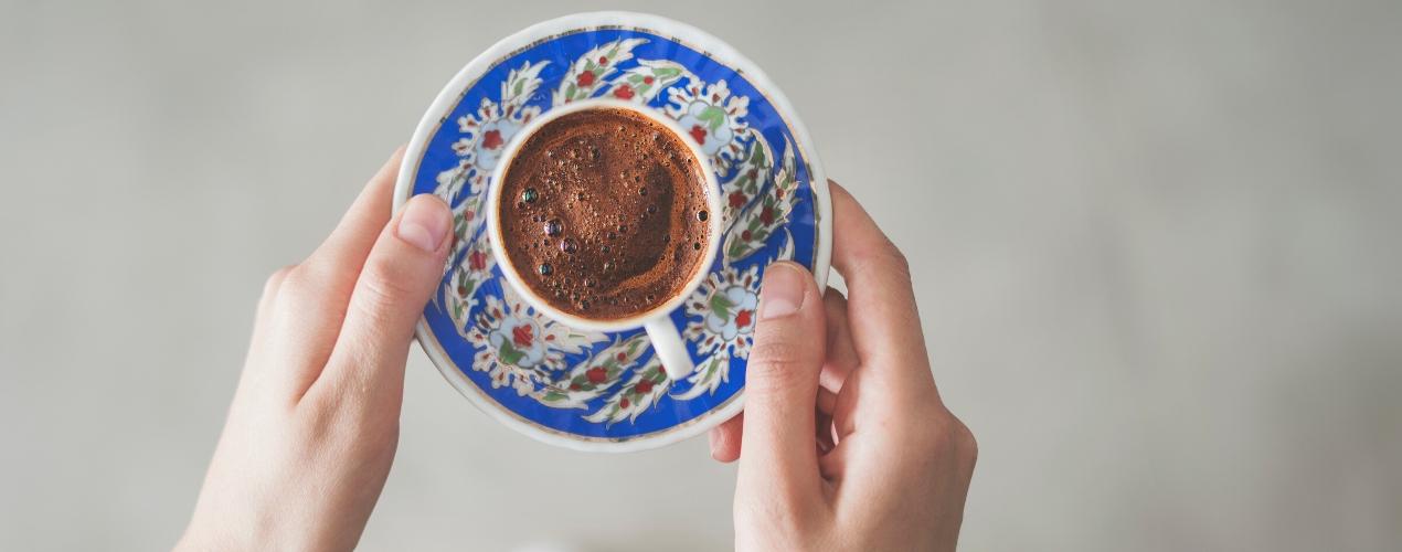 Turkse koffie op schotel
