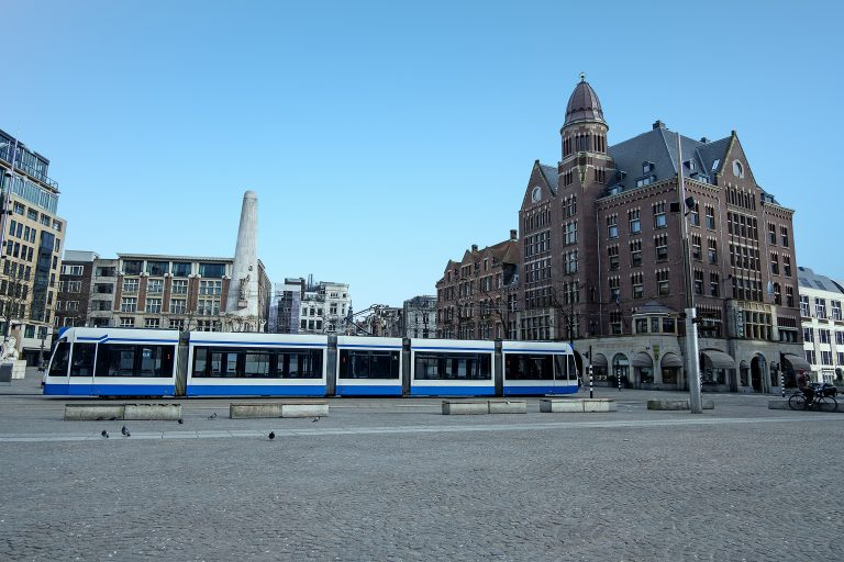 Coronacrisis Impact Op Koffie Drinken Nederland - Leeg Plein Amsterdam