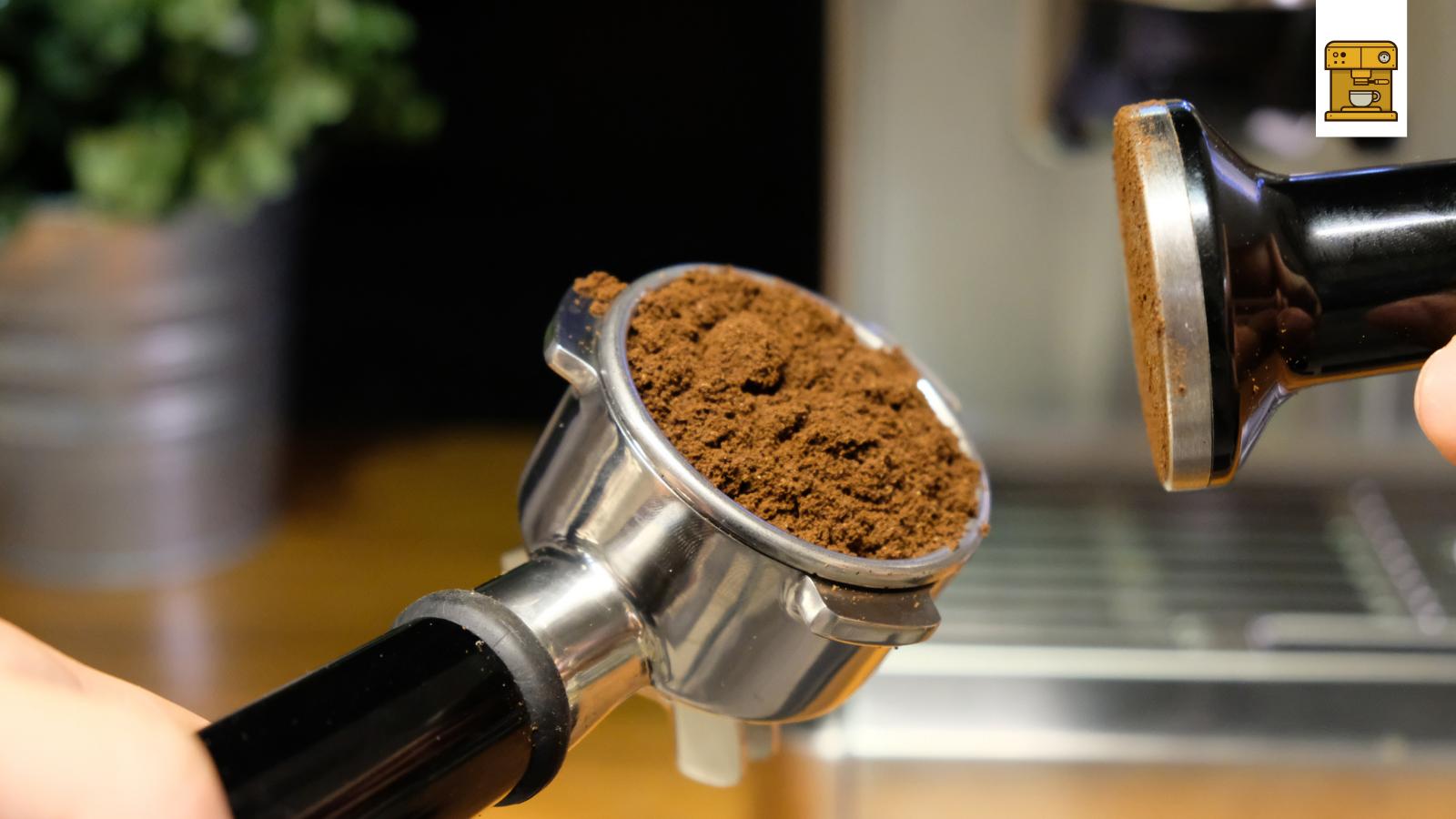 gemahlener Kaffee Stampfen mit Stampfer