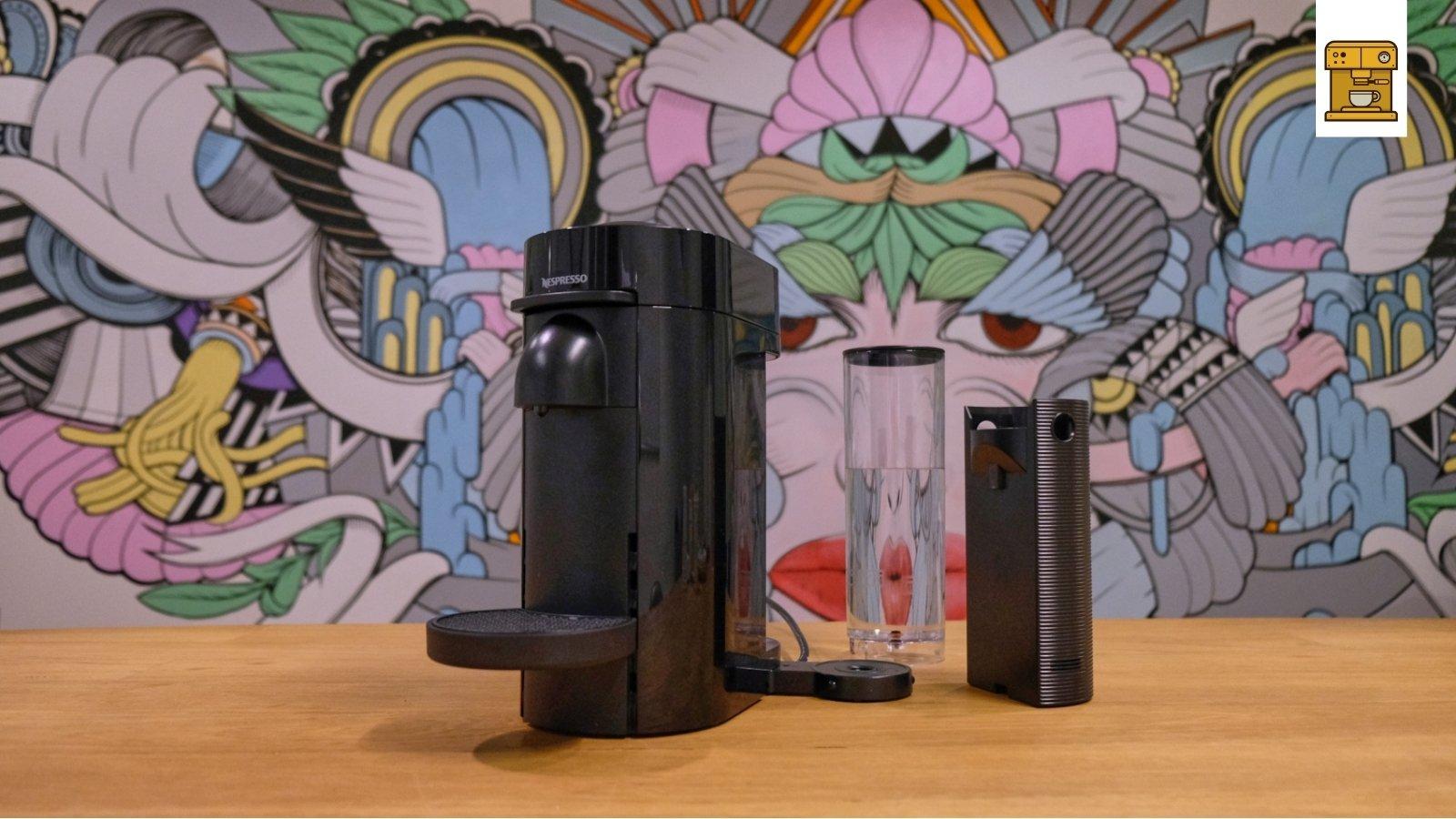 Waterreservoir en opvangbak naast Vertuoline machine