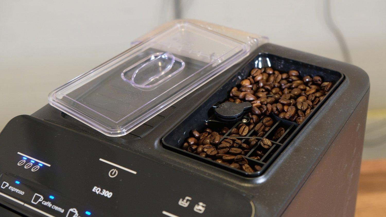 Bonenreservoir met deksel en koffiebonen