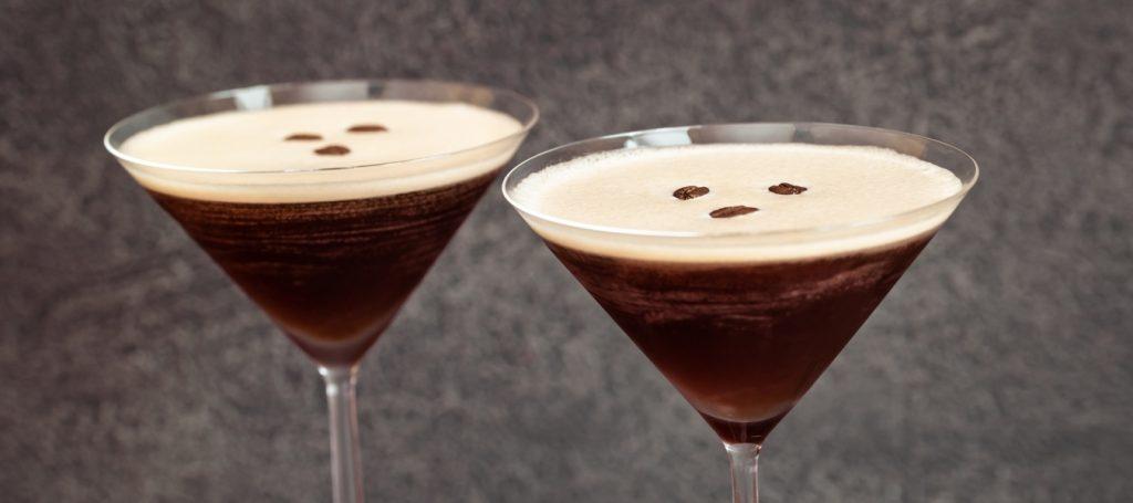 twee espresso martini in glas